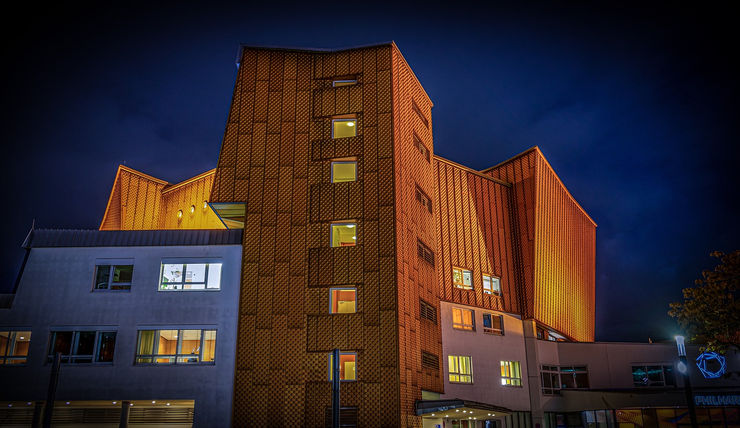 Berliner Philharmonie concert hall at night