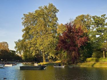 Boaters enjoying a beautiful afternoon on Daumesnil lake in the Bois de Vincennes
