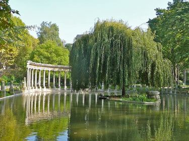 Water feature and pond in Parc Monceau