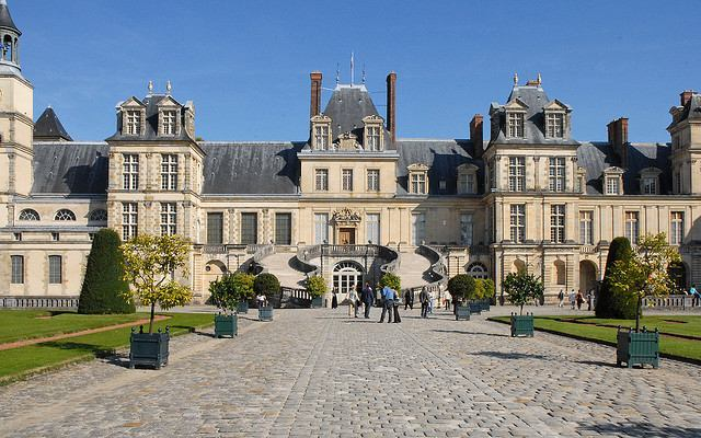 An impressive courtyard and entrance welcomes visitors to the Château de Fontainebleau