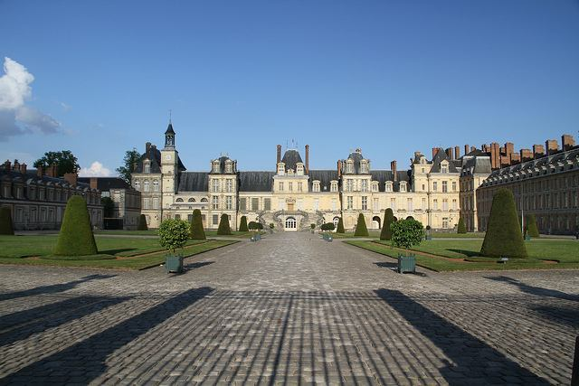 Formal garden leading up to Château de Fontainebleau