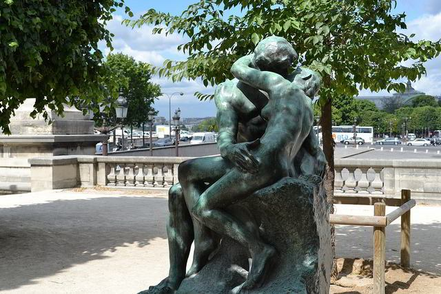 Sculpture of an embracing couple by Rodin outside the Musée de l'Orangerie
