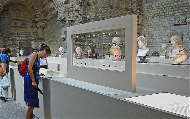 Exhibition at the Musée de Cluny showing body care and cosmetics from the antiquities through the Middle Ages