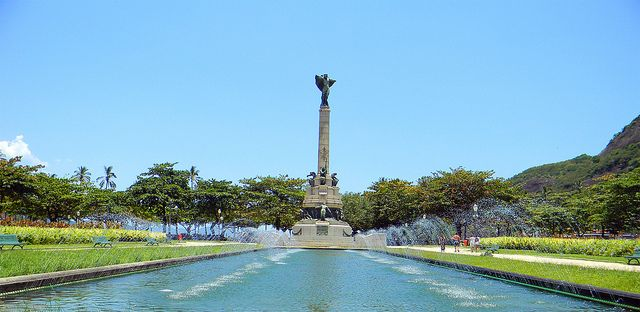 Water feature and monument at Praca General Tiburcio