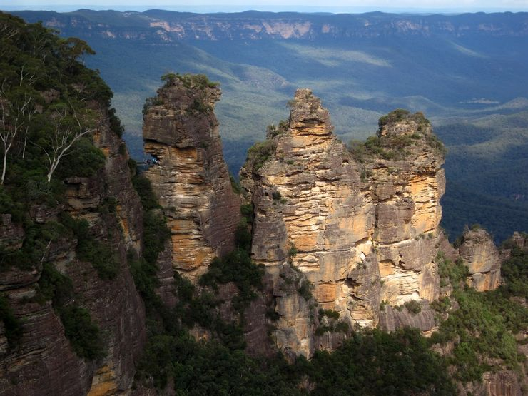 View of the Three Sisters rock formation in Katoomba