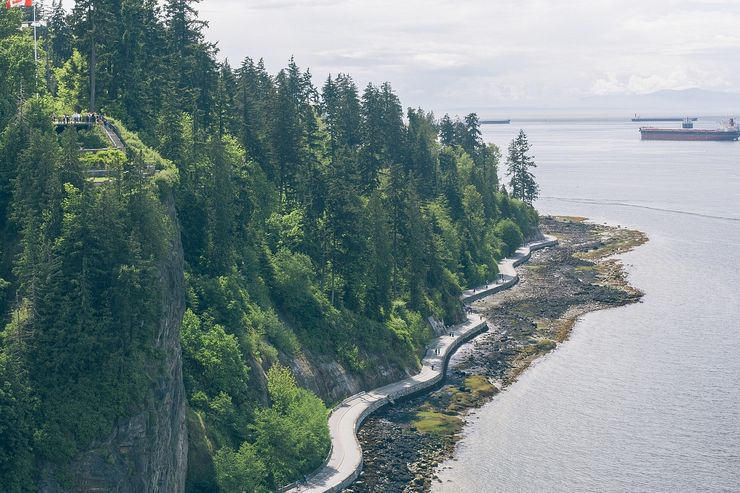 A view from above of the famous seawall surrounding Stanley Park